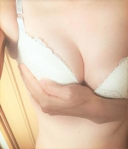 妻が自撮りした白いブラジャー姿